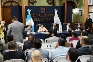 Fiscales de partidos políticos rechazan medida del TSE de prohibir uso de celulares
