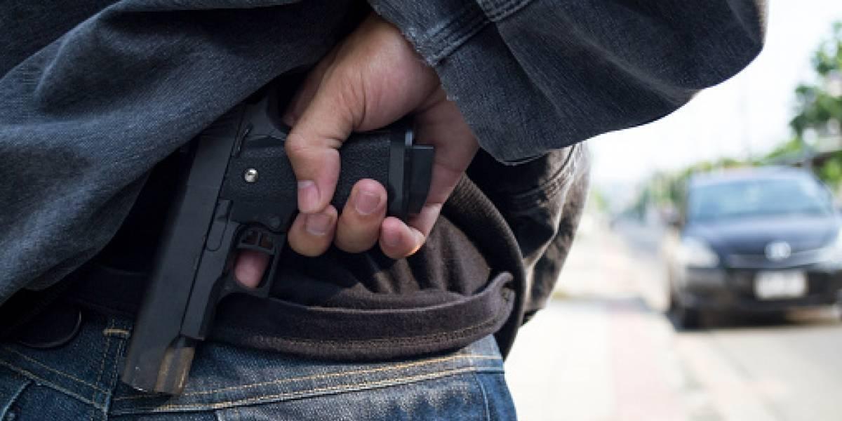 Ladrón asaltó una farmacia, se le escapó un disparo y murió