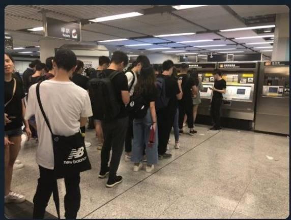 En Hong Kong manifestantes hacen filas para acceder a billetes de tren
