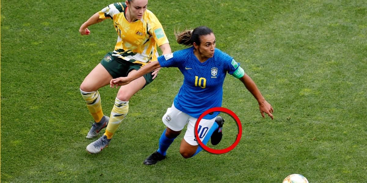 Marta calça chuteira com detalhes em azul e rosa pela igualdade de gênero