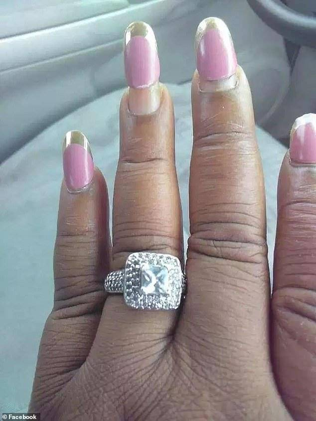 Novia exhibe su anillo de compromiso, pero se hace viral por su impresentable manicure