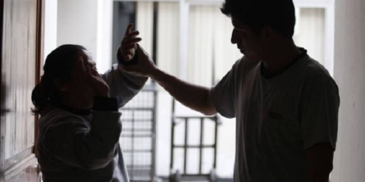 Joven de 19 años golpea a su madre y ataca con un vidrio a su hermano