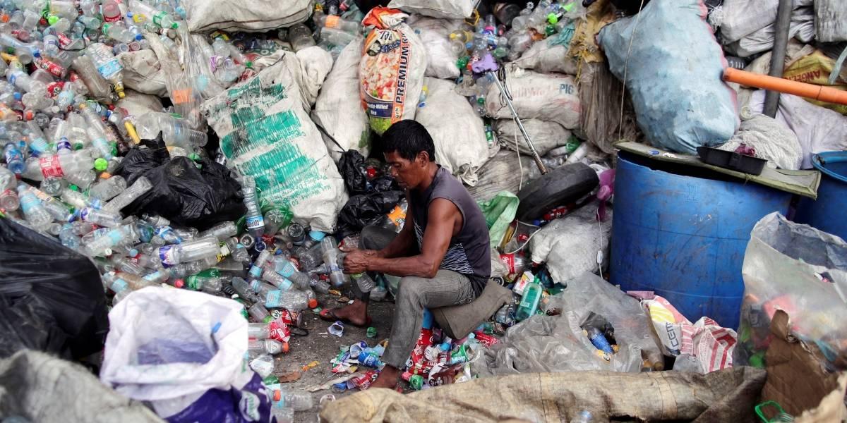 Una persona estaría consumiendo plástico equivalente a una tarjeta de crédito cada semana