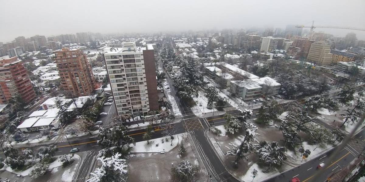 ¿Un despertar blanco en Santiago? Pronostican nuevas lluvias y la llegada de nieve a la Región Metropolitana