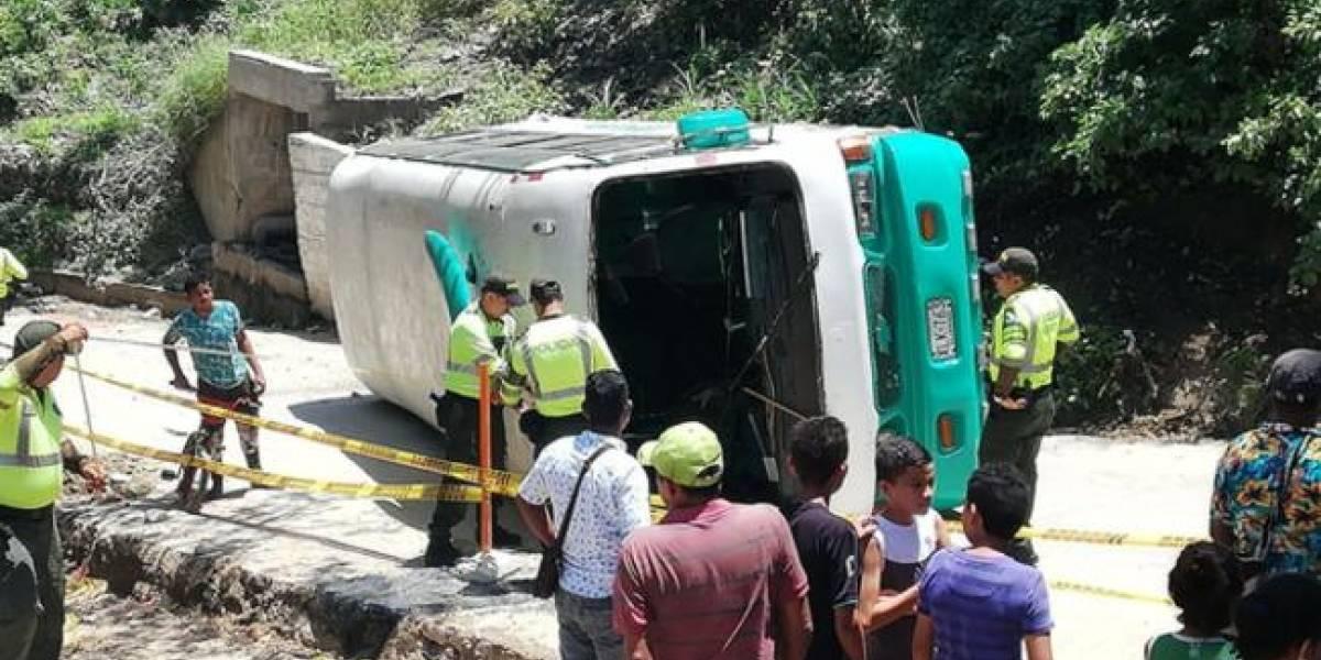 Bus escolar que transportaba 28 niños se volcó en Barranquilla