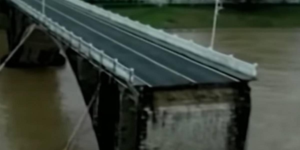VIDEO: Un puente se desploma mientras los autos lo están transitando