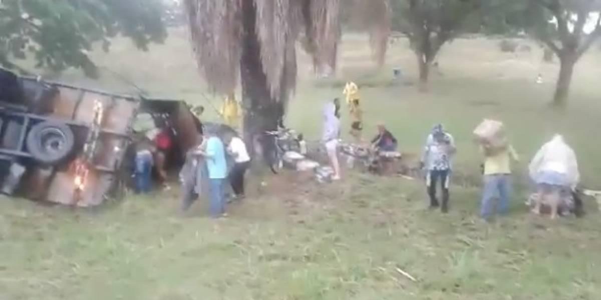 En lugar de ayudar a los heridos roban camión de mercancía que se volcó