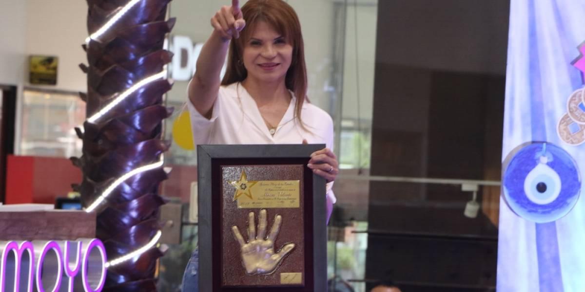 Mhoni Vidente recibe vasija de la prosperidad en la Plaza de las Estrellas