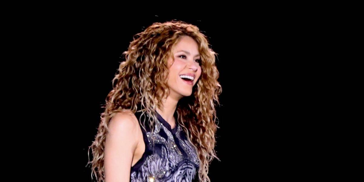 FOTO. Shakira sufre falla de vestuario y mini vestido se rompe de atrás