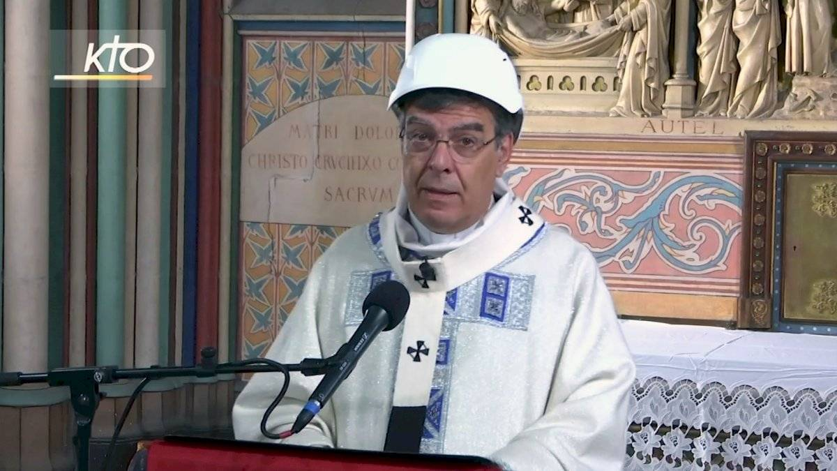 Imágenes de la primera misa en Notre Dame Foto: AP