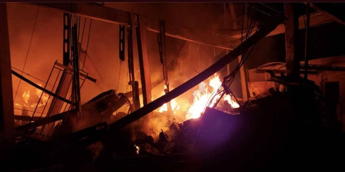 Fábrica em São Bernardo pega fogo após queda de balão