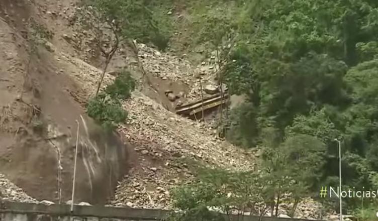 Video: este es el momento en el que cae puente en la vía al Llano
