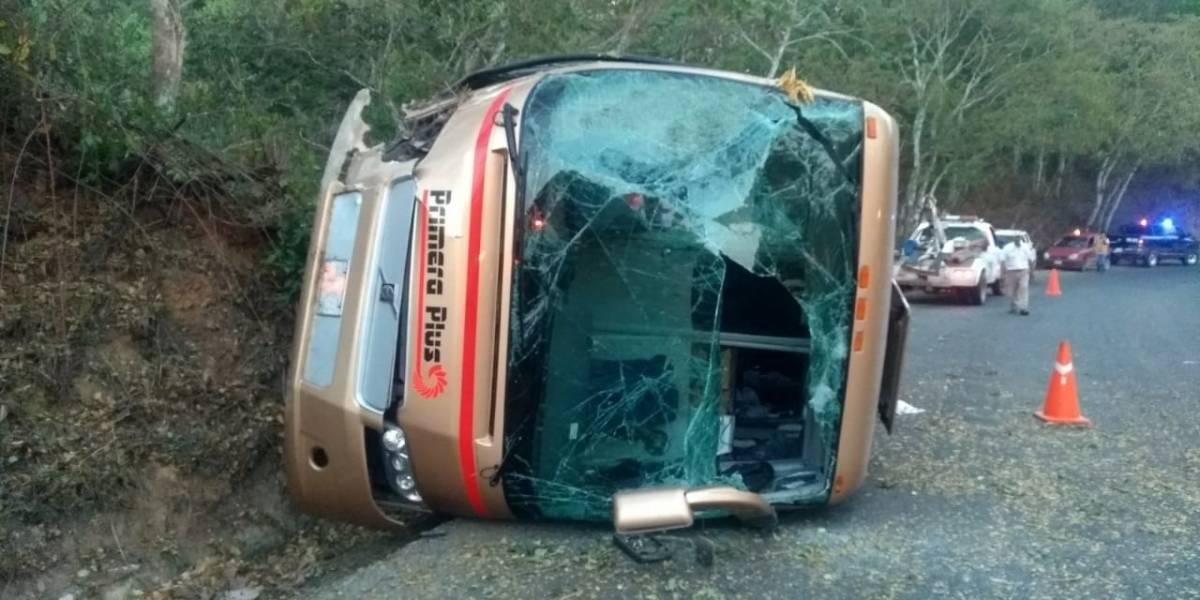 Vuelco de autobús en carretera costera de Jalisco envía a 14 personas al hospital