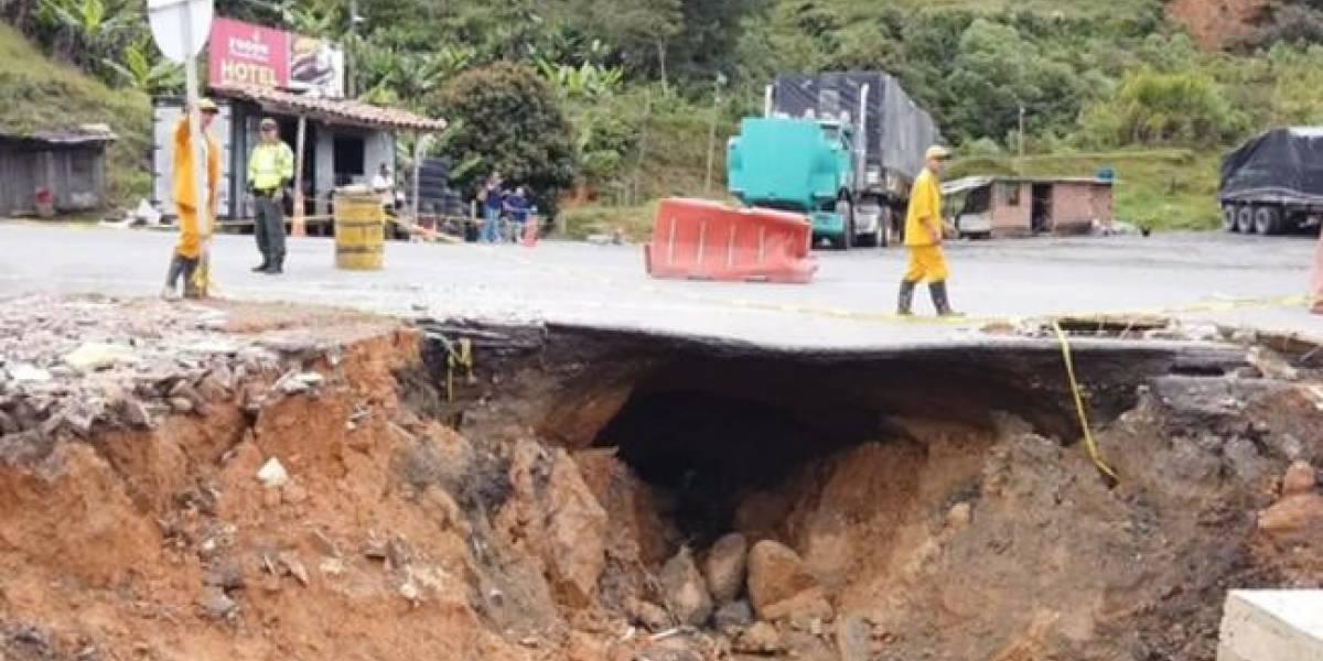 Inmenso hueco podría provocar cierre indefinido de la autopista Medellín - Bogotá