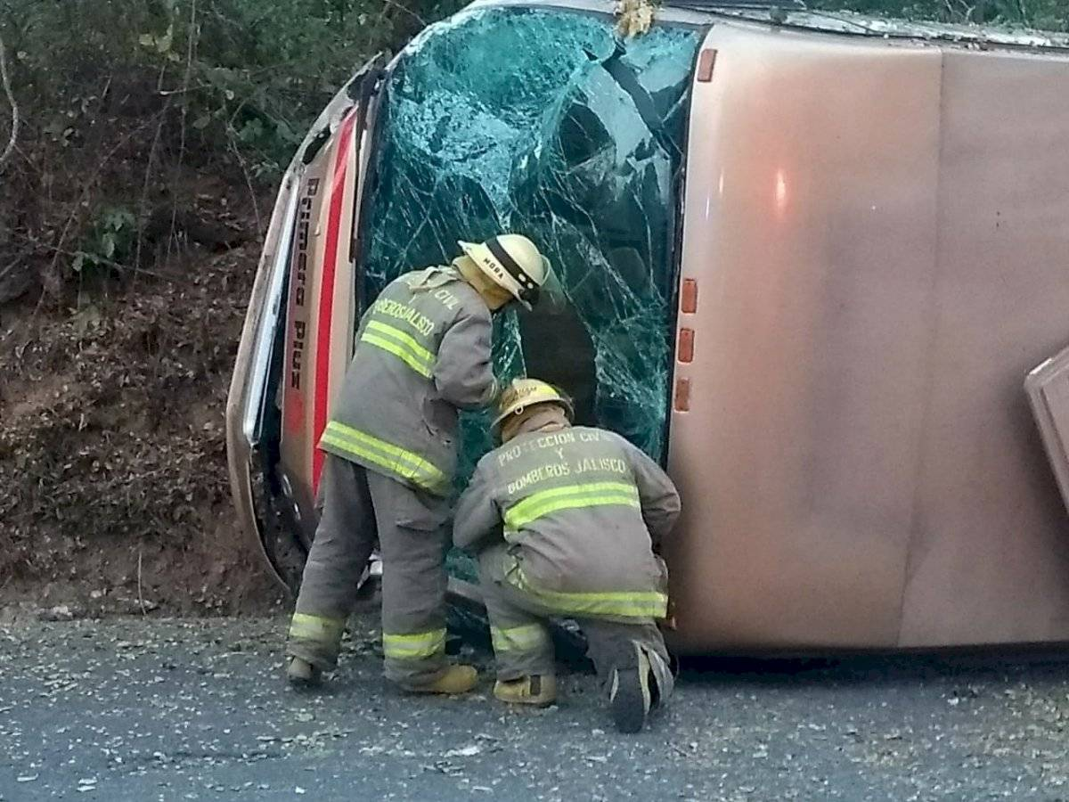 Vuelco de autobús en carretera costera envía a 14 personas al hospital