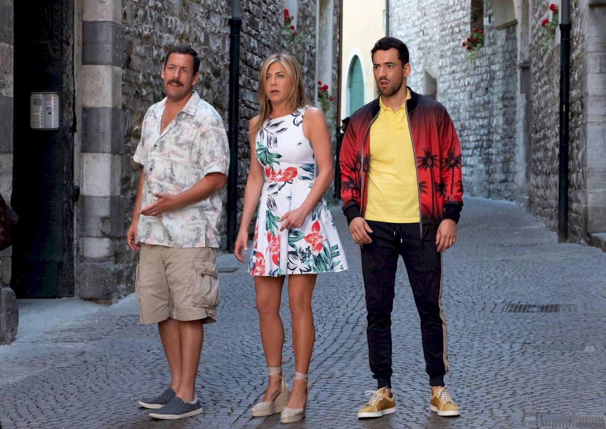 "Adam Sandler, Jennifer Aniston y Luis Gerardo Méndez protagonizan la cinta ""Misterio a bordo"" Netflix"