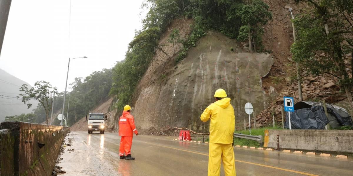Derrumbe en vía del sur de Colombia deja dos muertos y cuatro heridos