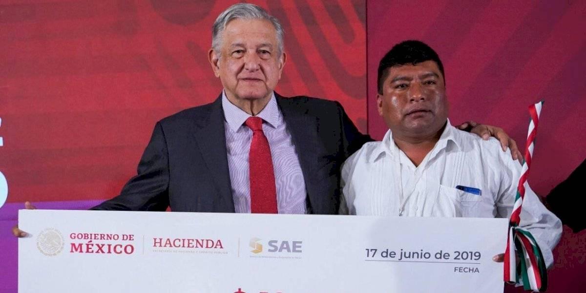 AMLO entrega cheques a municipios de Oaxaca y anuncia segunda subasta