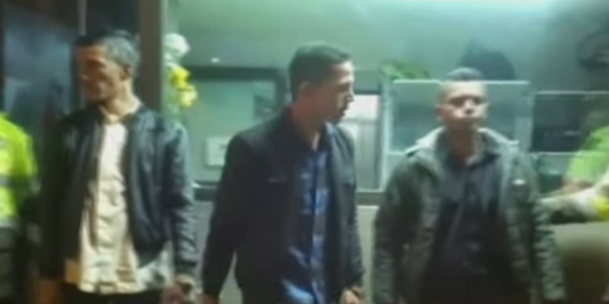 Capturan a tres hombres que llevaban bolsos de mujeres por la calle
