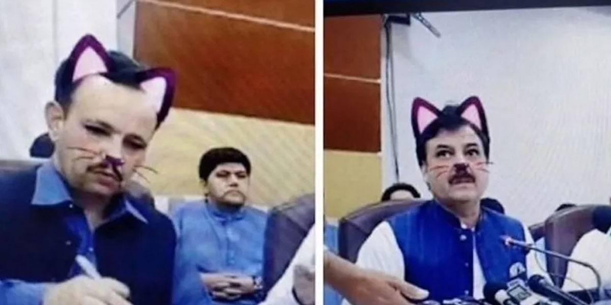 Filtro de gatito en Facebook Live fastidia conferencia de político y se hace viral