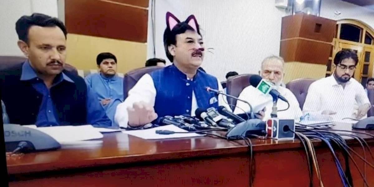 Ministro olvida desactivar el filtro de gato y transmite por Facebook Live