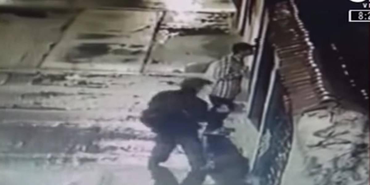 VIDEO: delincuentes estarían marcando las puertas de las casas que van a robar en Bogotá
