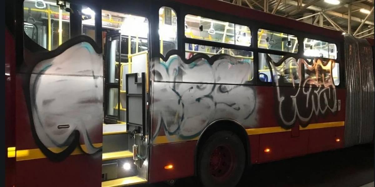 Aparecieron buses nuevos de TransMilenio grafiteados y vandalizados