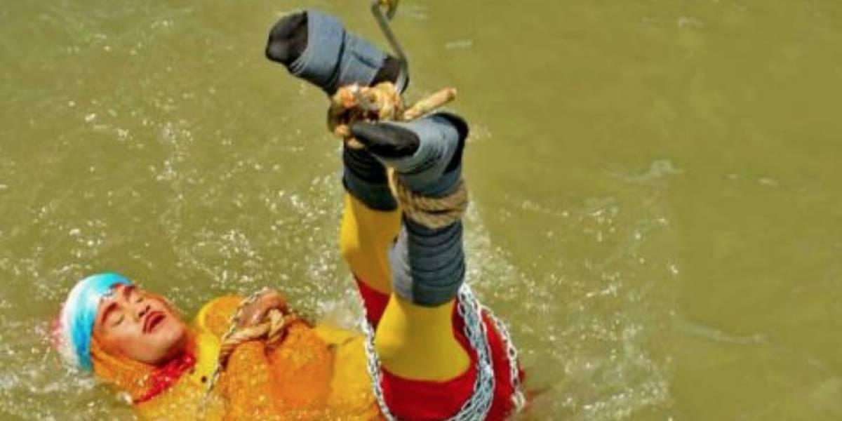 ¡Truco de magia fallido! Buscan cuerpo de ilusionista que saltó encadenado a un río