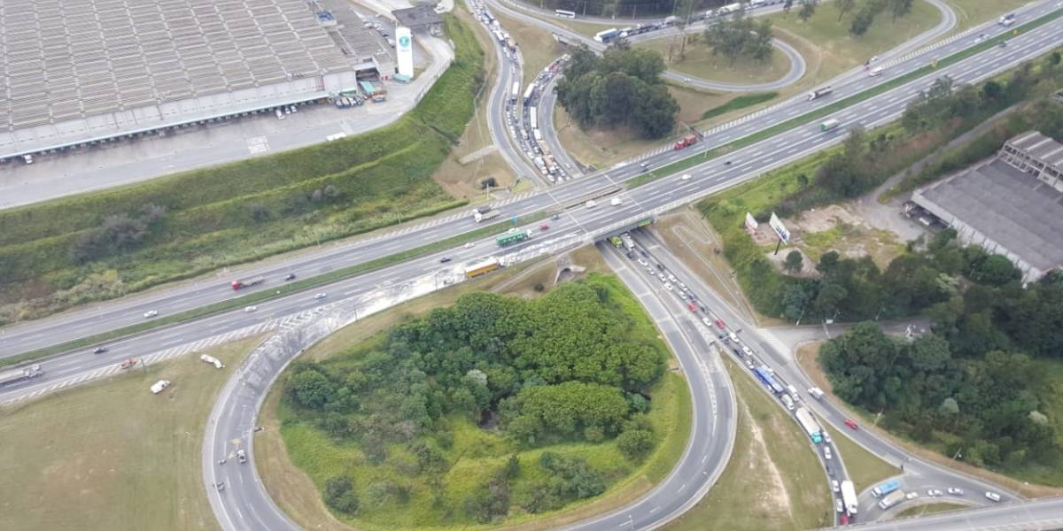 Carreta derruba ácido industrial em trevo de acesso à rodovia Castello Branco