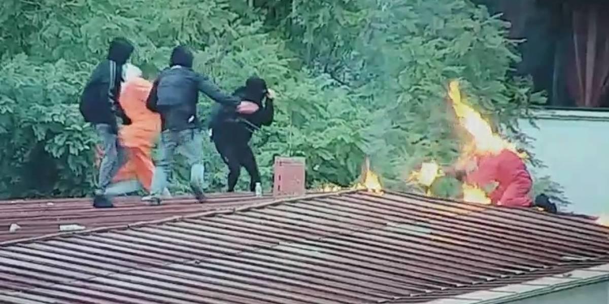 Joven quemado en el Instituto Nacional: captan el momento justo que encapuchado se incendia durante enfrentamientos
