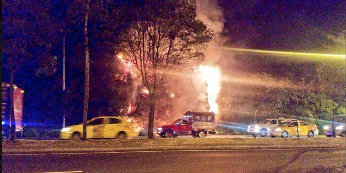 Incendio vehicular en la Simón Bolívar provocó incendio forestal