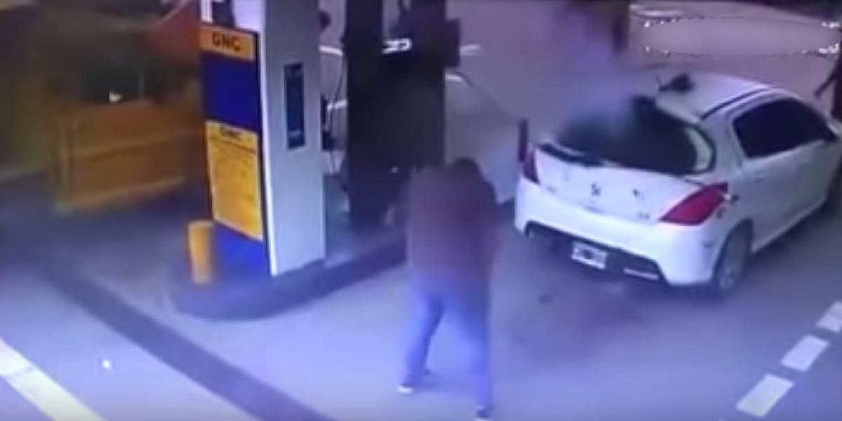 (Video) Fuerte explosión de un carro en gasolinera generó nube de cocaína