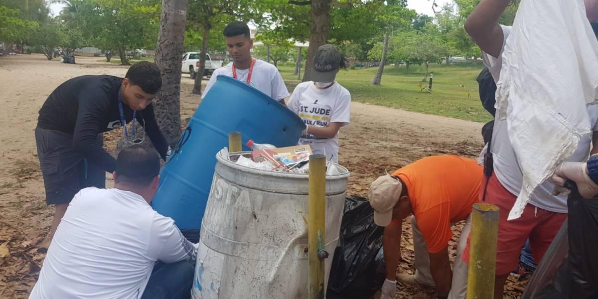 Jóvenes limpian playa Seven Seas de Fajardo