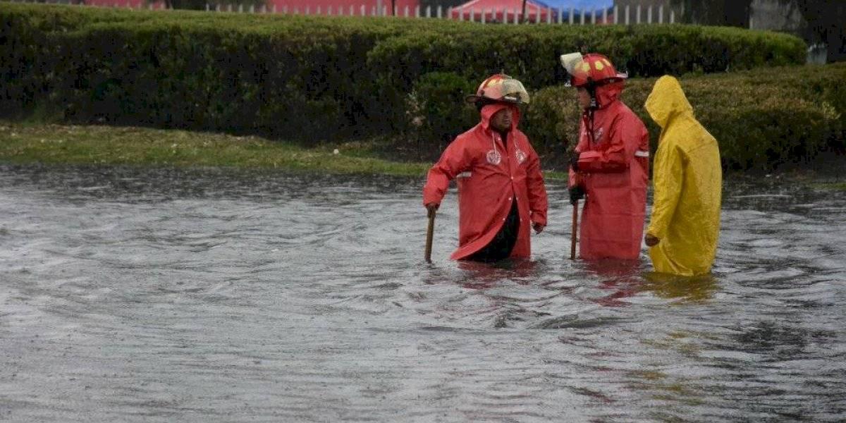 Lluvia deja bajo el agua calles de Metepec e Iztapalapa