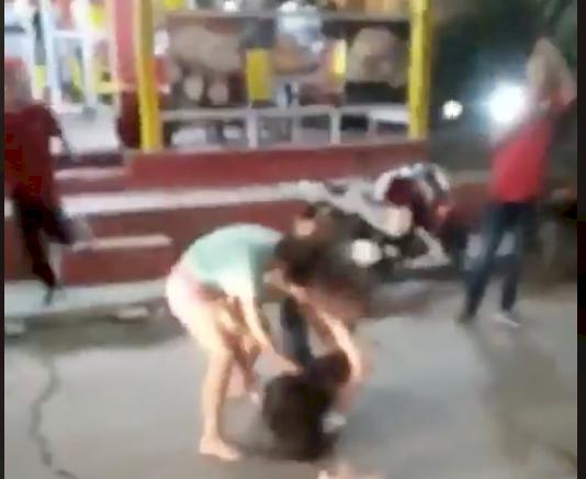 Mujeres protagonizan brutal pelea frente a un restaurante, por una picada