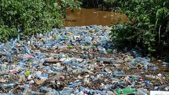 Una vista de botellas de plástico obstruidas en el río Njoro en Nakuru. Getty