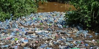 Una vista de botellas de plástico obstruidas en el río Njoro en Nakuru.