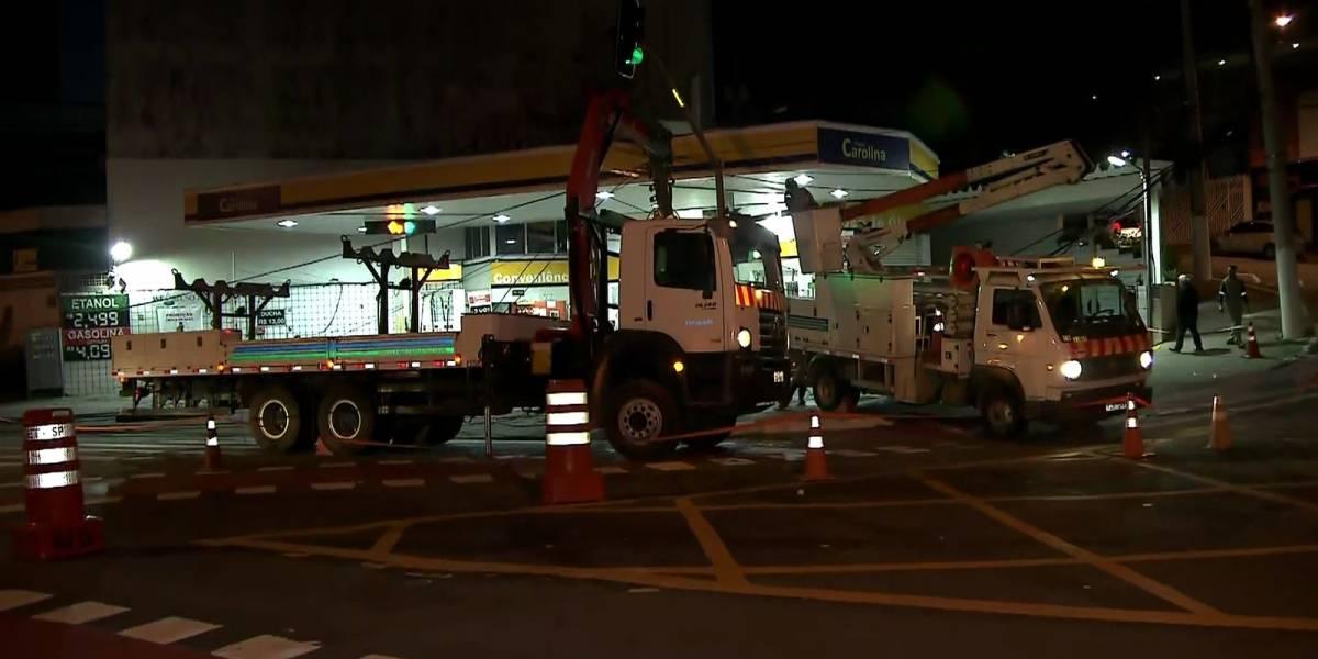 Caminhão-cegonha derruba dois postes na avenida Sumaré, em SP