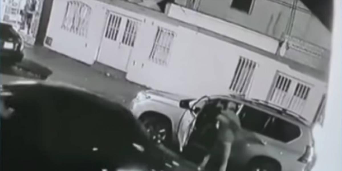 (VIDEO) En segundos delincuentes roban camioneta a familia en Bogotá