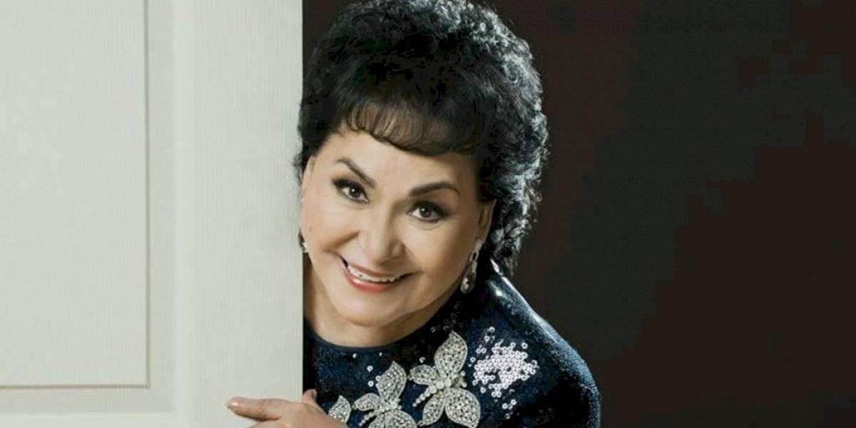 FOTO. Destrozan a Carmen Salinas por barrer la tumba de Edith González