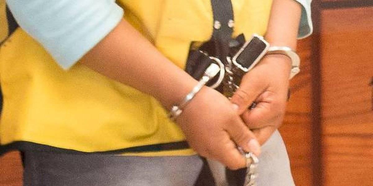 Estaba detenida, la dejaron en libertad, pero cuando se iba a casa se quedó atrapada dos día y medio en una escalera de emergencia
