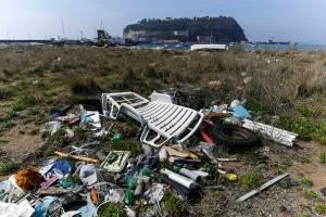 Un detalle de los residuos plásticos abandonados en la playa del mar de Nápoles.