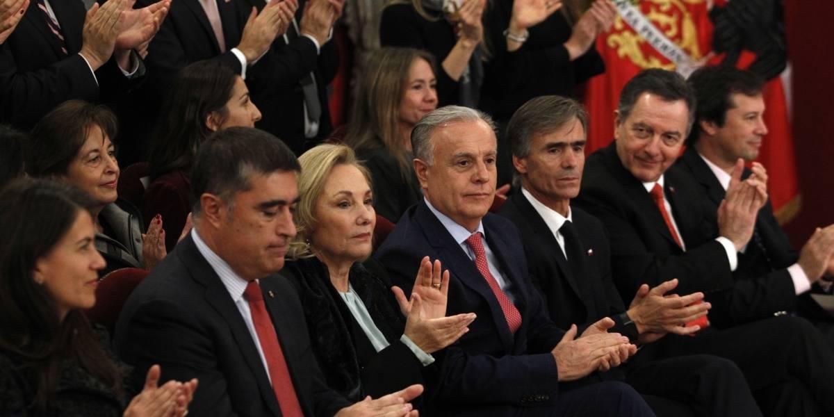 Ampuero se va para España: Piñera decide mantener en el gobierno a dos de sus exministros