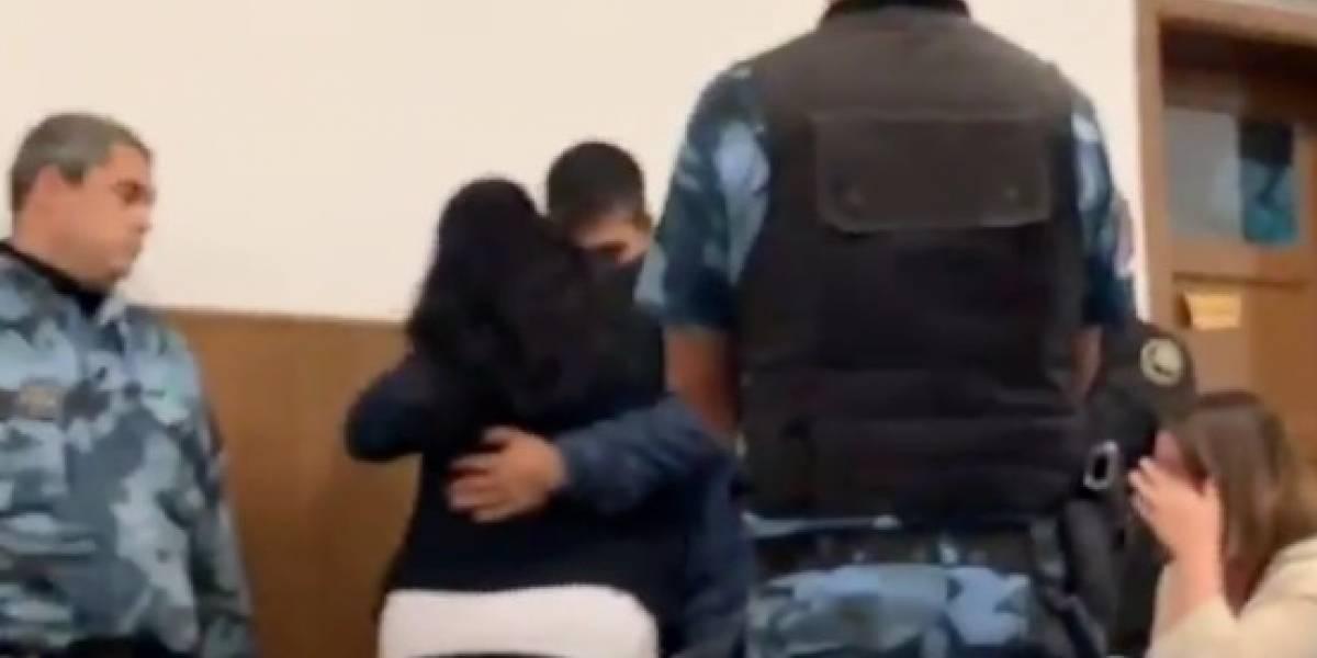(VIDEO) Madre perdonó y abrazó al asesino de su hijo en pleno juicio