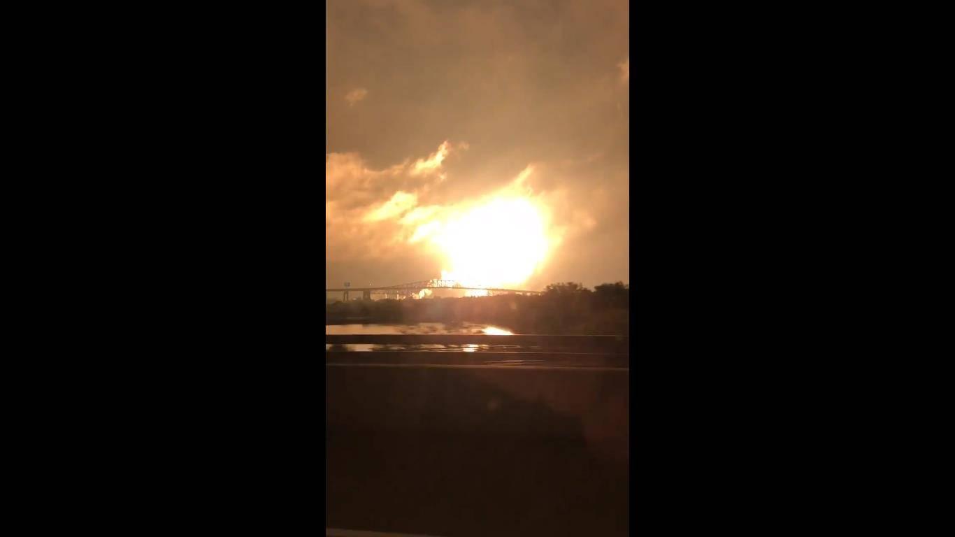 Gigantesca explosión de refinería de gas se produce en Filadelfia