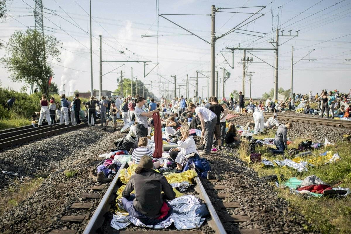 Numerosos activistas ambientales bloquean las vías del transporte de carbón ferroviario en Rommerskirchen, Alemania, el sábado 22 de junio de 2019.