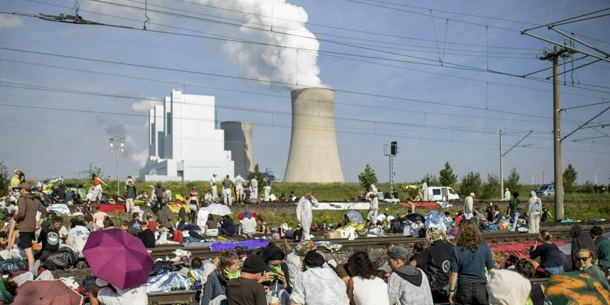 Protestan contra el cambio climático ante mina de carbón en Alemania