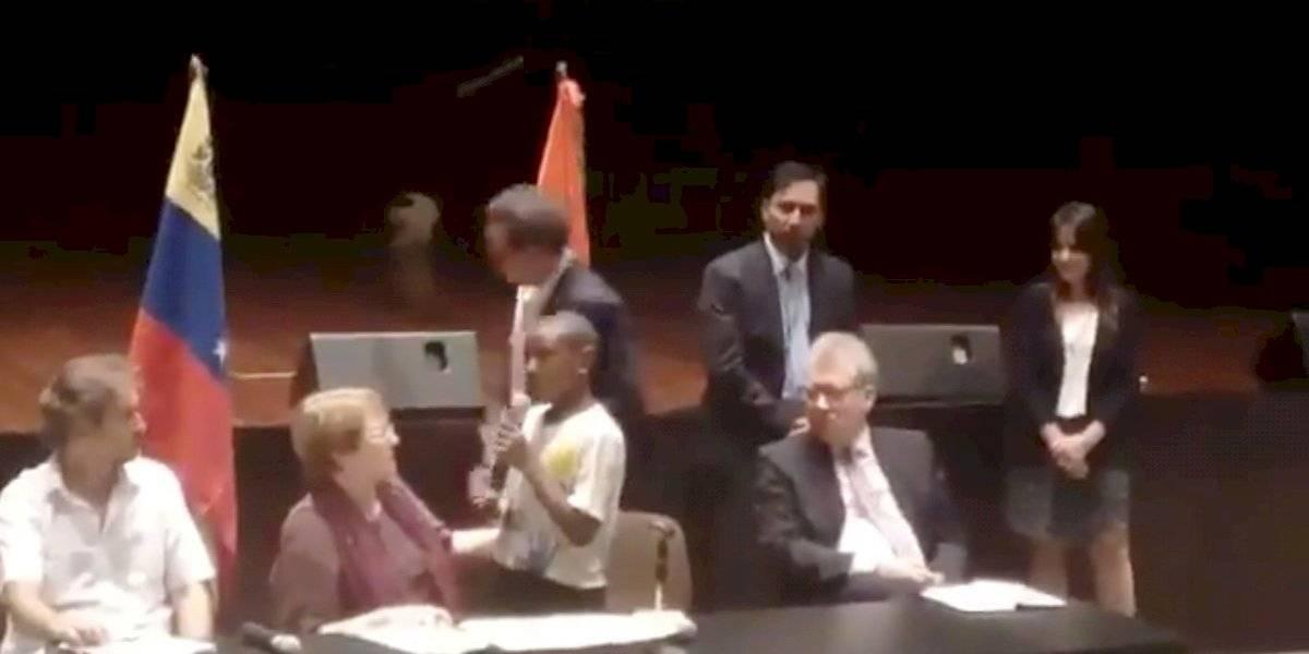 Hijo pequeño de un preso político emocionó a Bachelet en Venezuela
