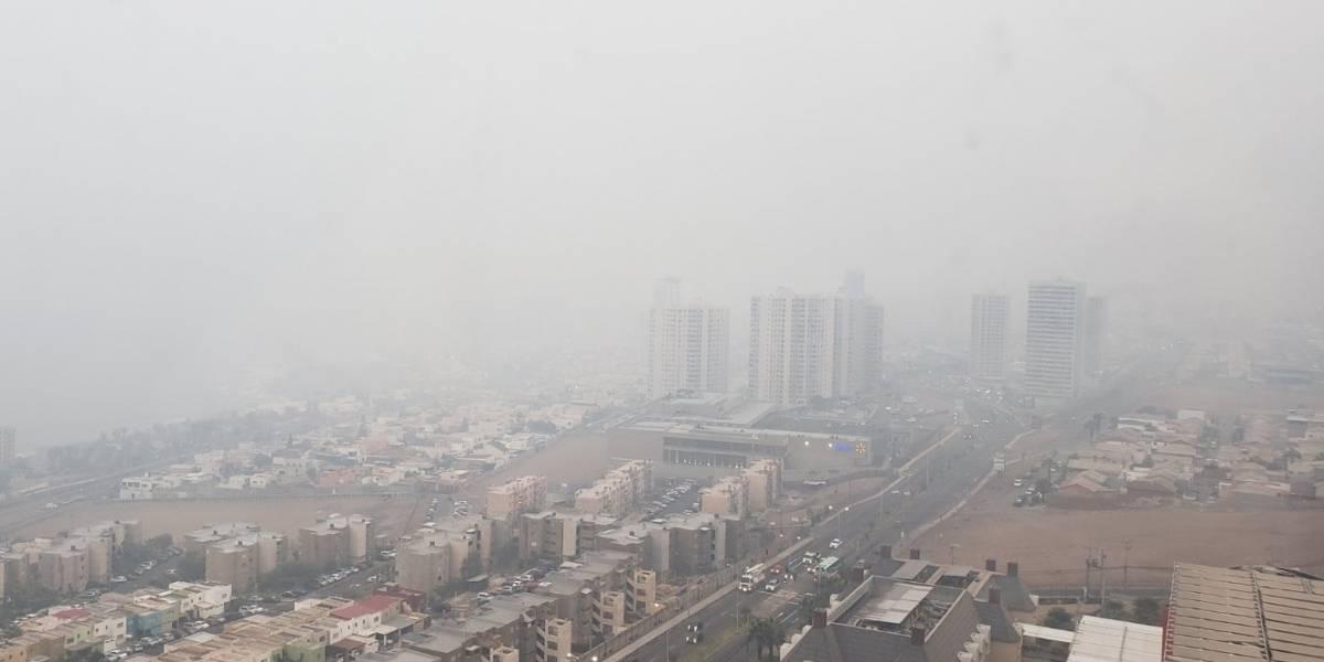 """""""Evite salir de sus casas"""": densa nube cubre el cielo de Iquique tras incendio en acopio de azufre y Onemi advierte por eventuales """"molestias"""""""