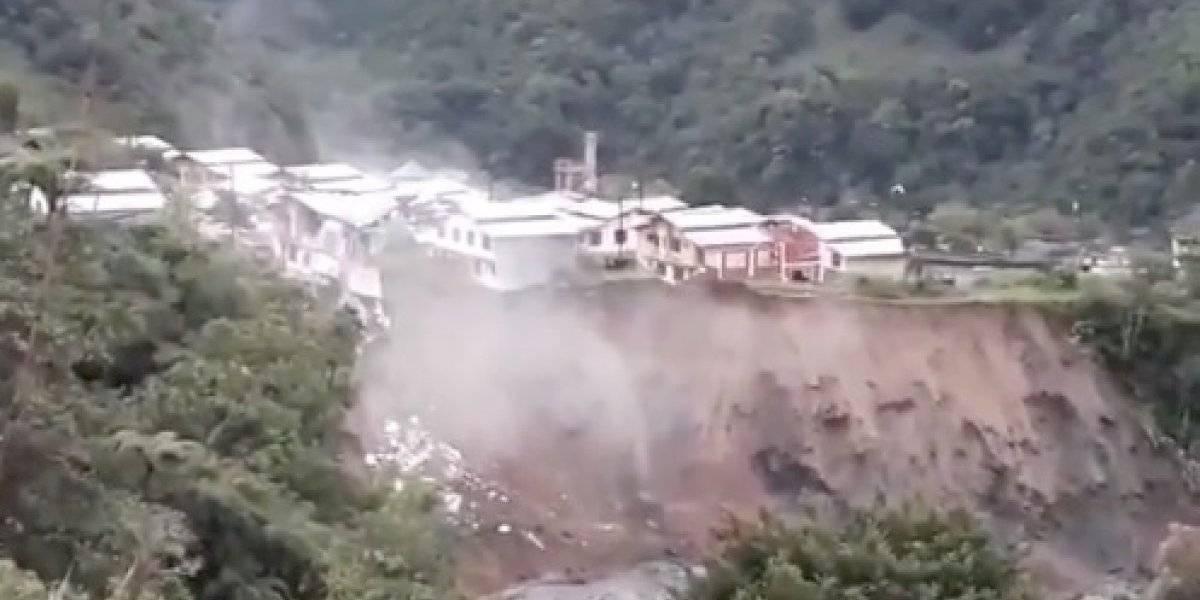 Crecida de ríos genera colapso de viviendas en ciudad turística de Ecuador